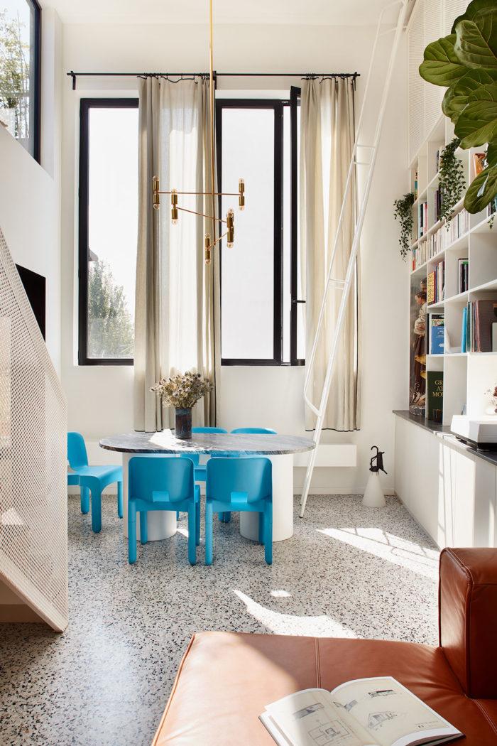 Sol terrazzo, chaises bleues Joe colombo, lampe grcic