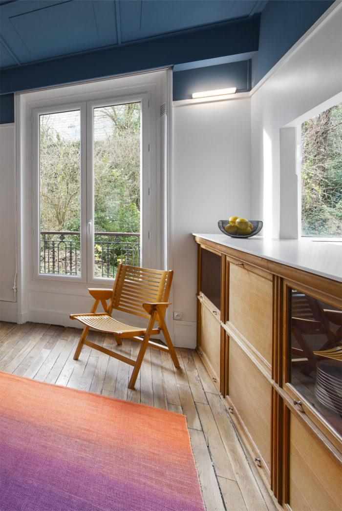 Séjour appartement peinture plafond bleu pétrole, meubles bois modernistes des années 1960