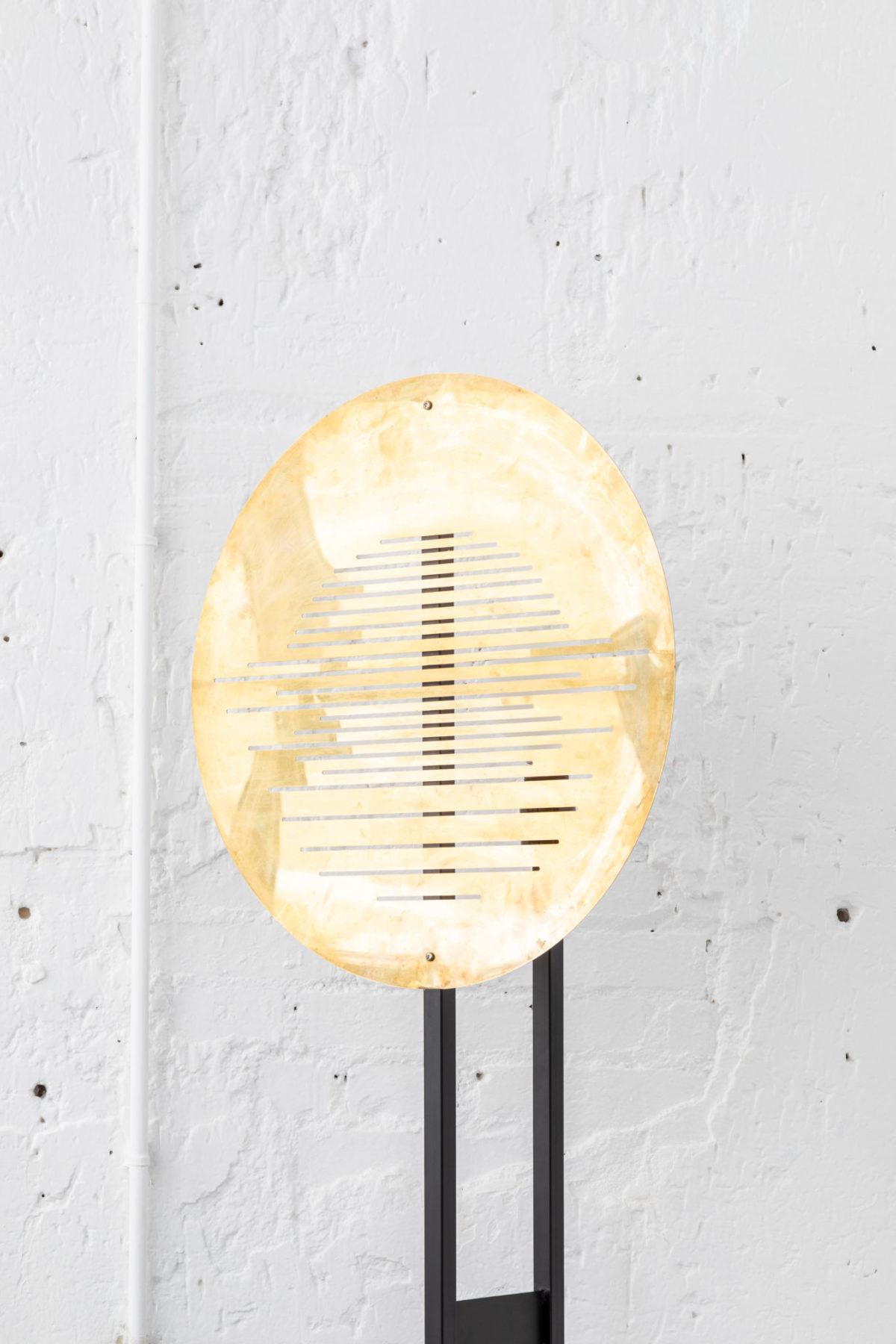 Lampe à poser acier noir, zoom sur abat-jour en laiton perforé. Design par Louis Denavaut