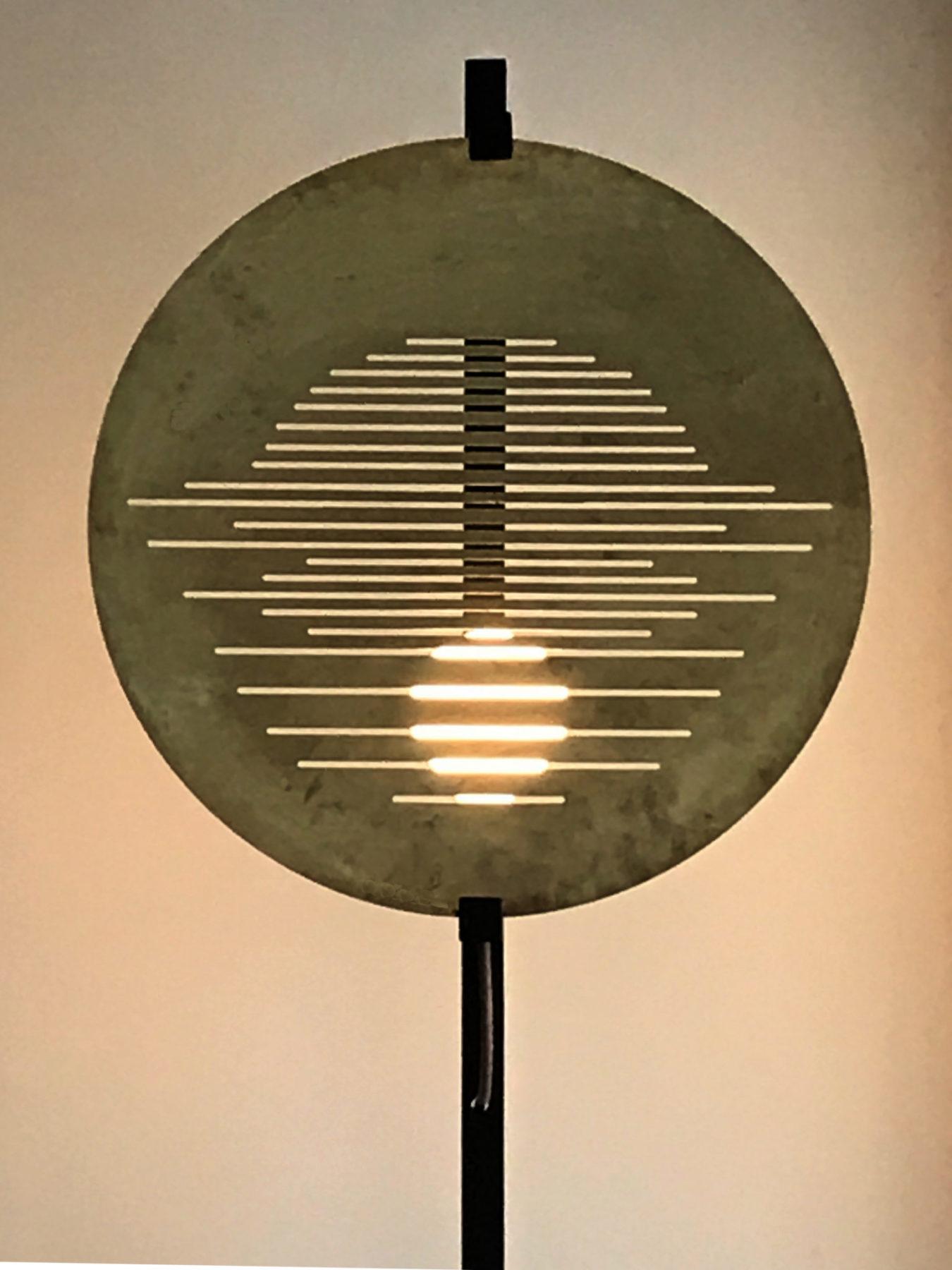 Lampe à poser acier noir, zoom sur abat-jour en laiton perforé. Design par Louis Denavaut. Vue allumée