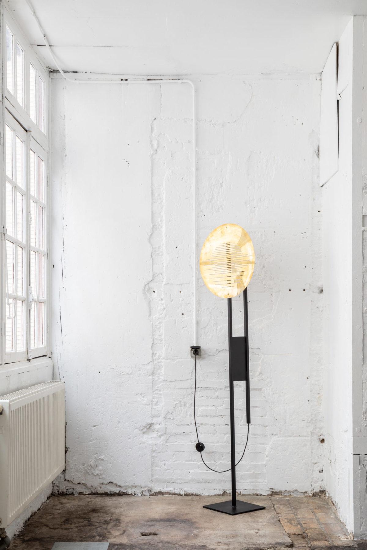 Lampe à poser sur-mesure acier avec abat-jour en laiton. Design par Louis Denavaut.