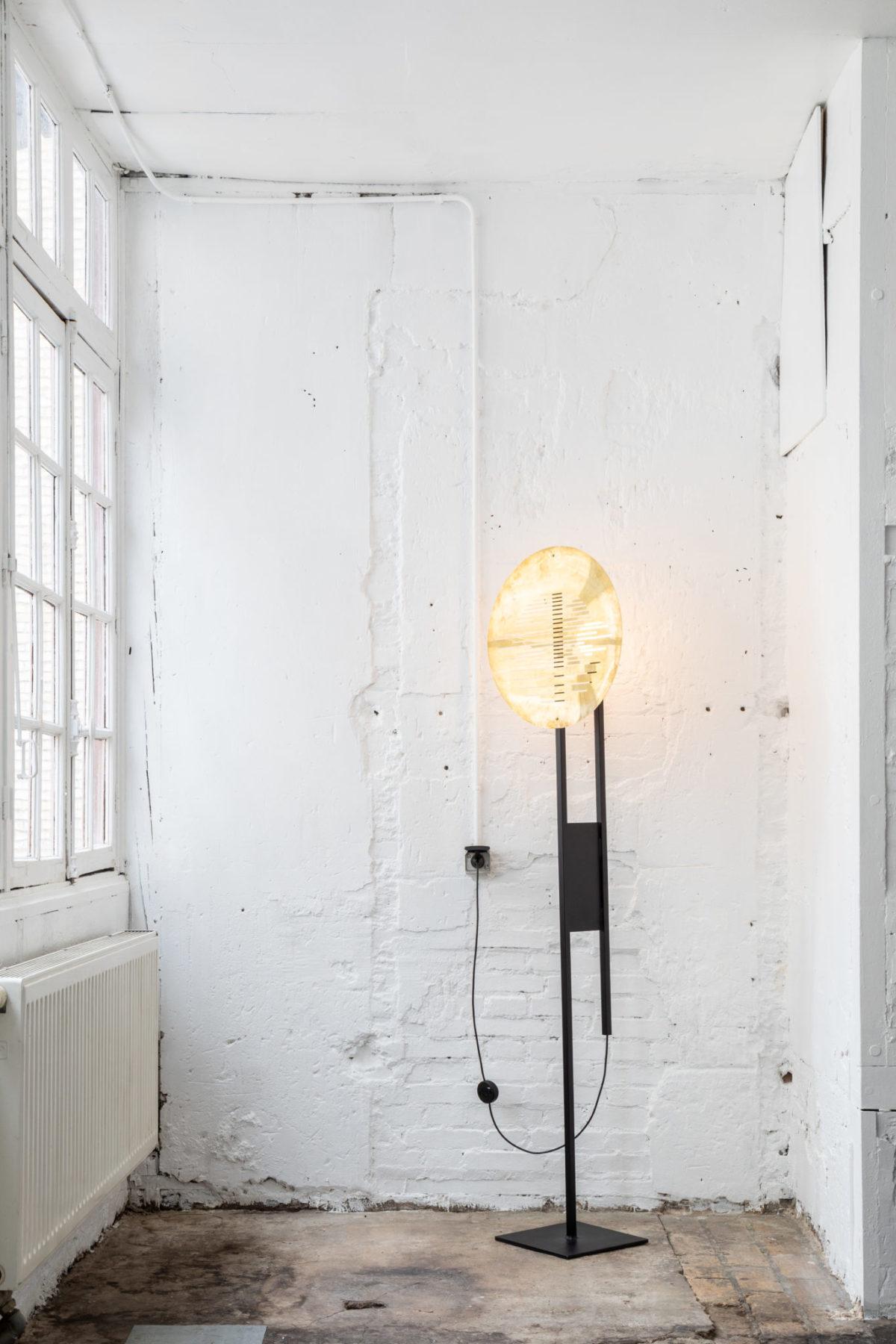 Lampe à poser sur mesure acier avec abat-jour en laiton. Design par Louis Denavaut. Vue allumée