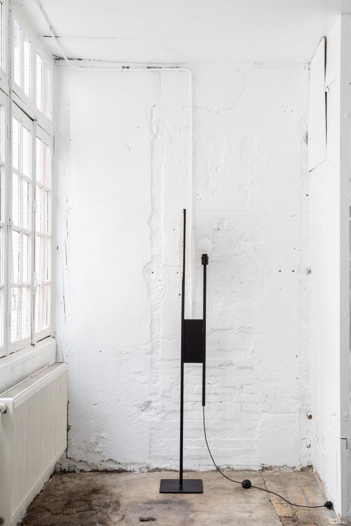 Lampe à poser acier noir et laiton. Design par Louis Denavaut. Vue sans abat-jour