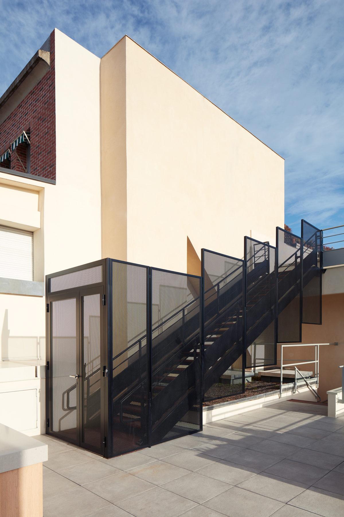 Terrasse / rooftop bureaux Paris - Habillage d'escalier en métal perforé, dalles grès-cérame