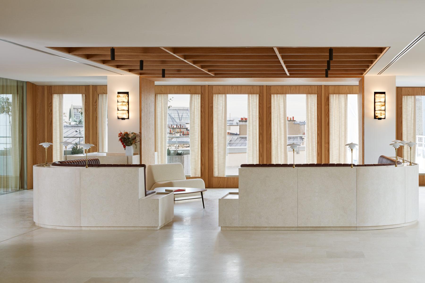 Lounge bureaux - Appliques murales galerie MCDE design par Pierre Charreau, lampe posées par louis poulsen, rideaux en lin électriques, plafond en bois avec vidéoprojecteur encastré