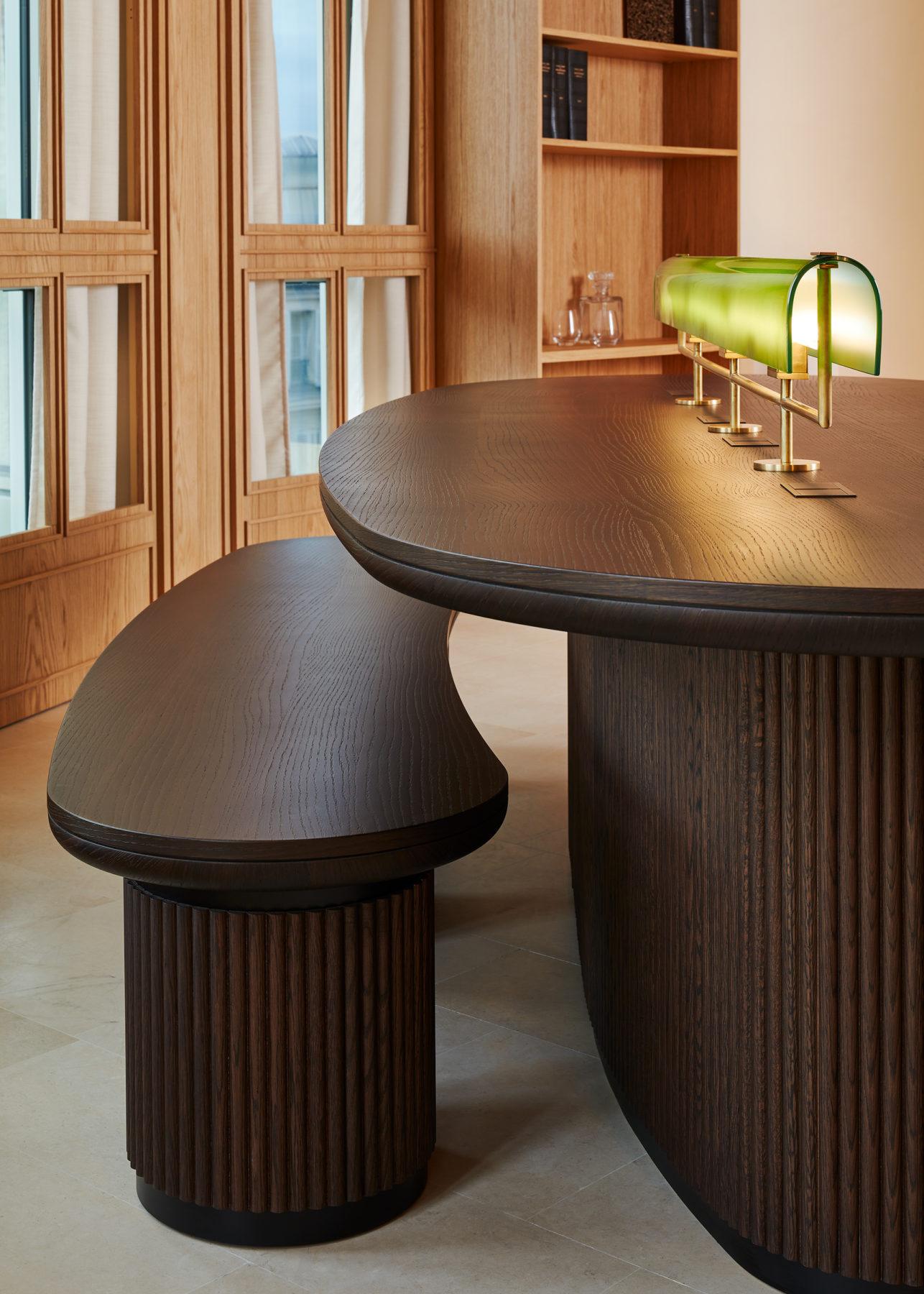Banc et bureau en noyer cannelé, bibliothèque en chêne, lampe de banquier en verre soufflé Murano vert et laiton