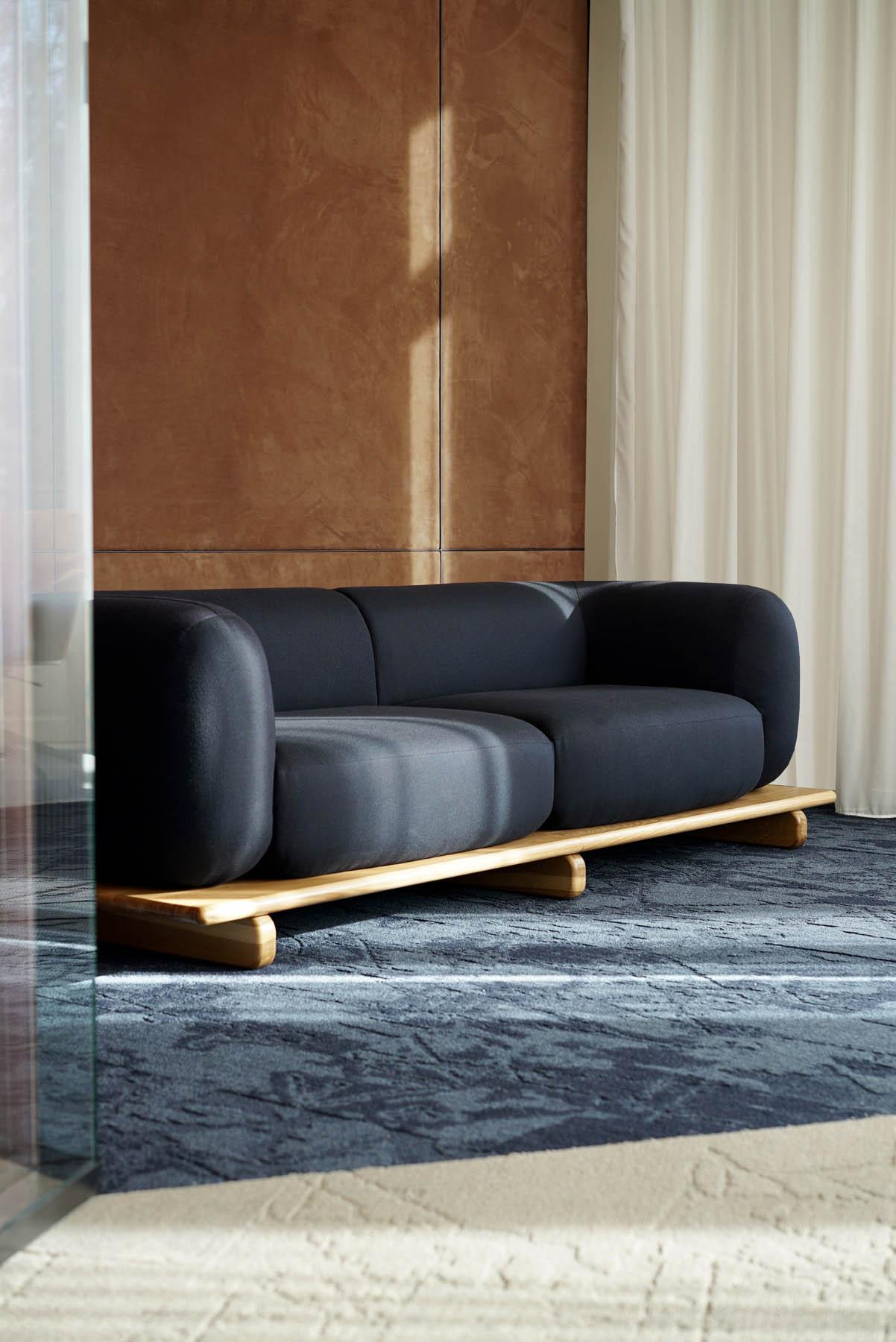 """Canapé / Sofa """"Onigiri"""" en laine posé sur plateau en bois/chêne massif. Édité par Cider et design par Louis Denavaut."""