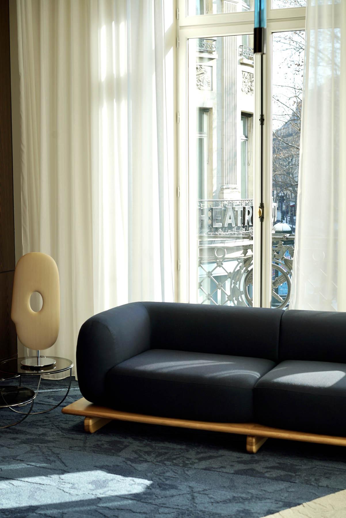 """Canapé / Sofa """"Onigiri"""" en laine posé sur plateau en bois par Louis Denavaut (Cider). Paris Haussmann, square Édouard-VII"""