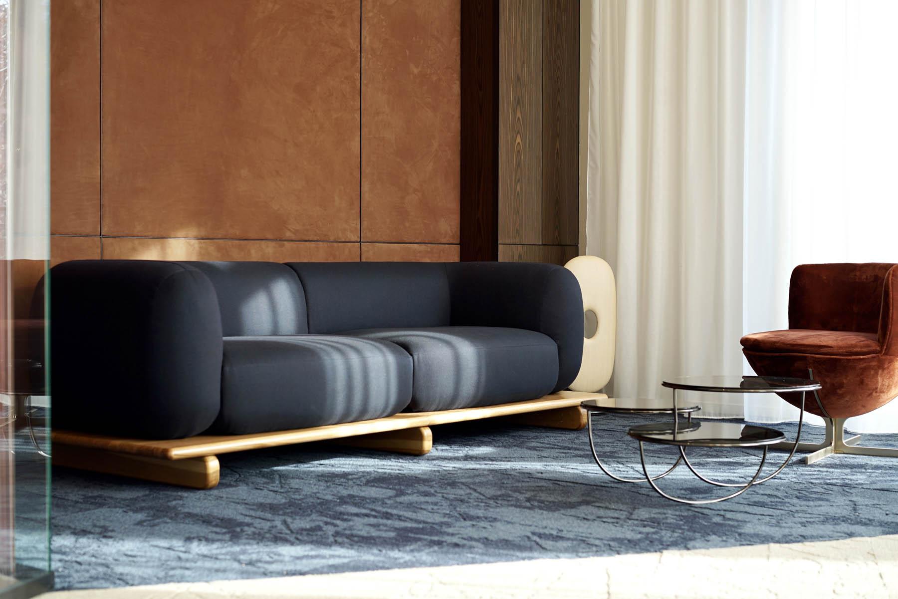 """Canapé / Sofa """"Onigiri"""" par Louis Denavaut (Cider). Panneaux habillage mur en daim / suédés"""
