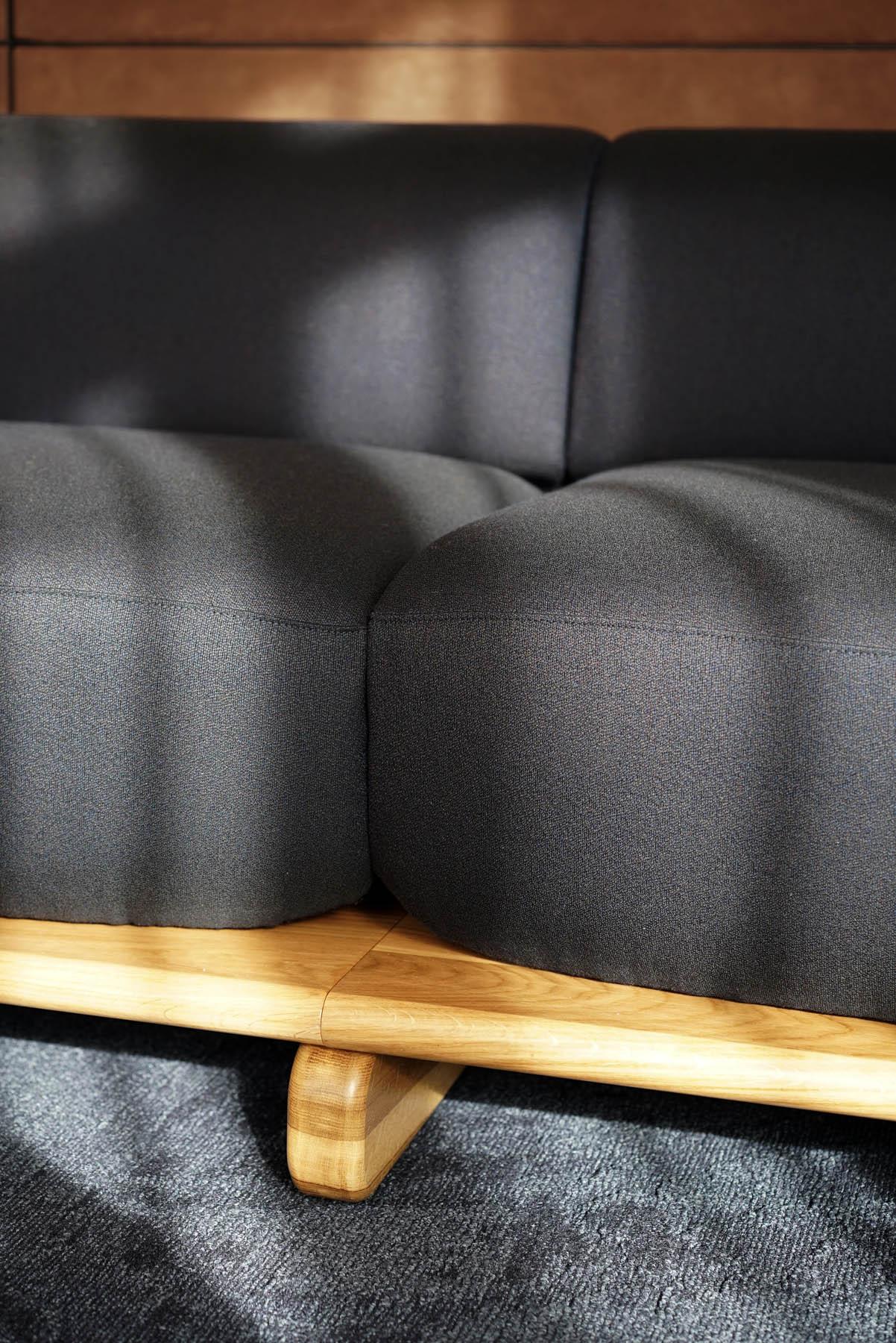 """Canapé / Sofa """"Onigiri"""" en laine posé sur plateau en bois par Louis Denavaut (Cider). Zoom sur les assises"""