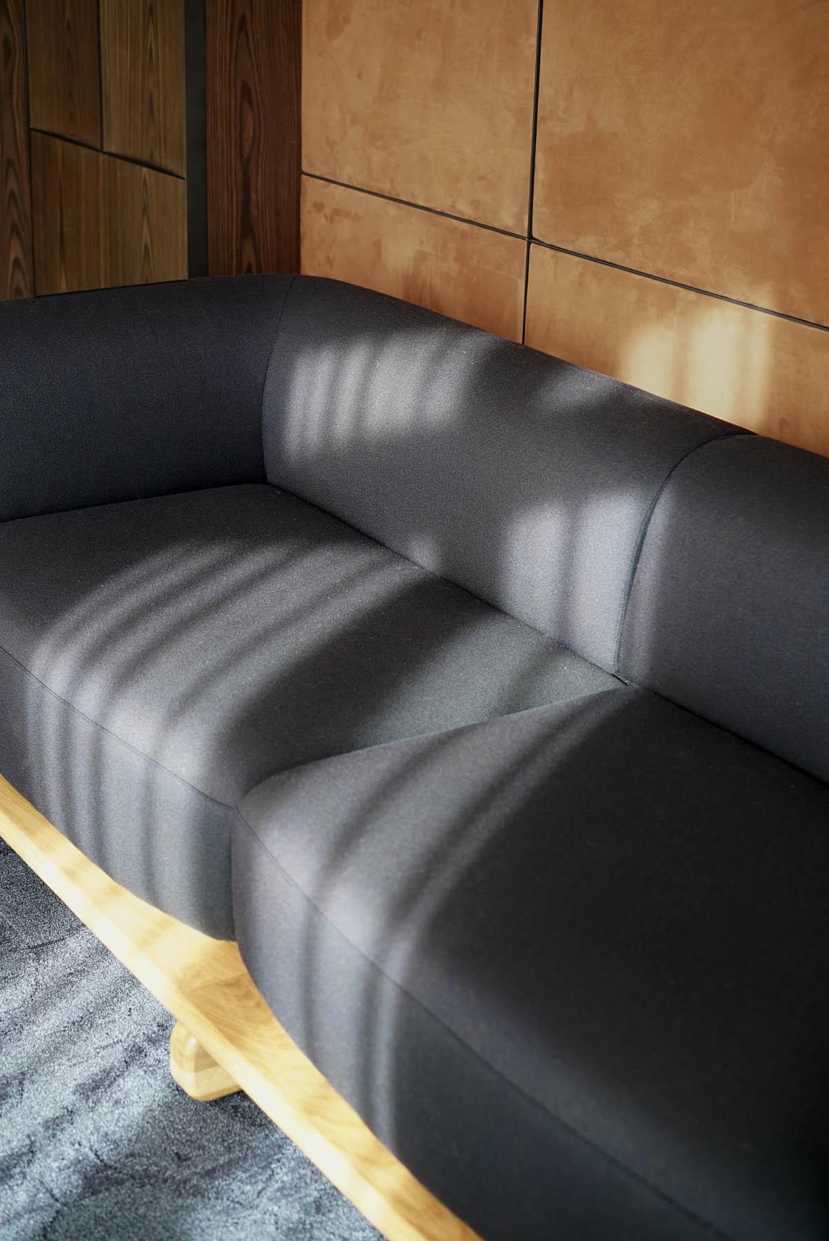 """Canapé / Sofa """"Onigiri"""" en laine posé sur plateau en chêne massif par Louis Denavaut (Cider). Vue de profil"""