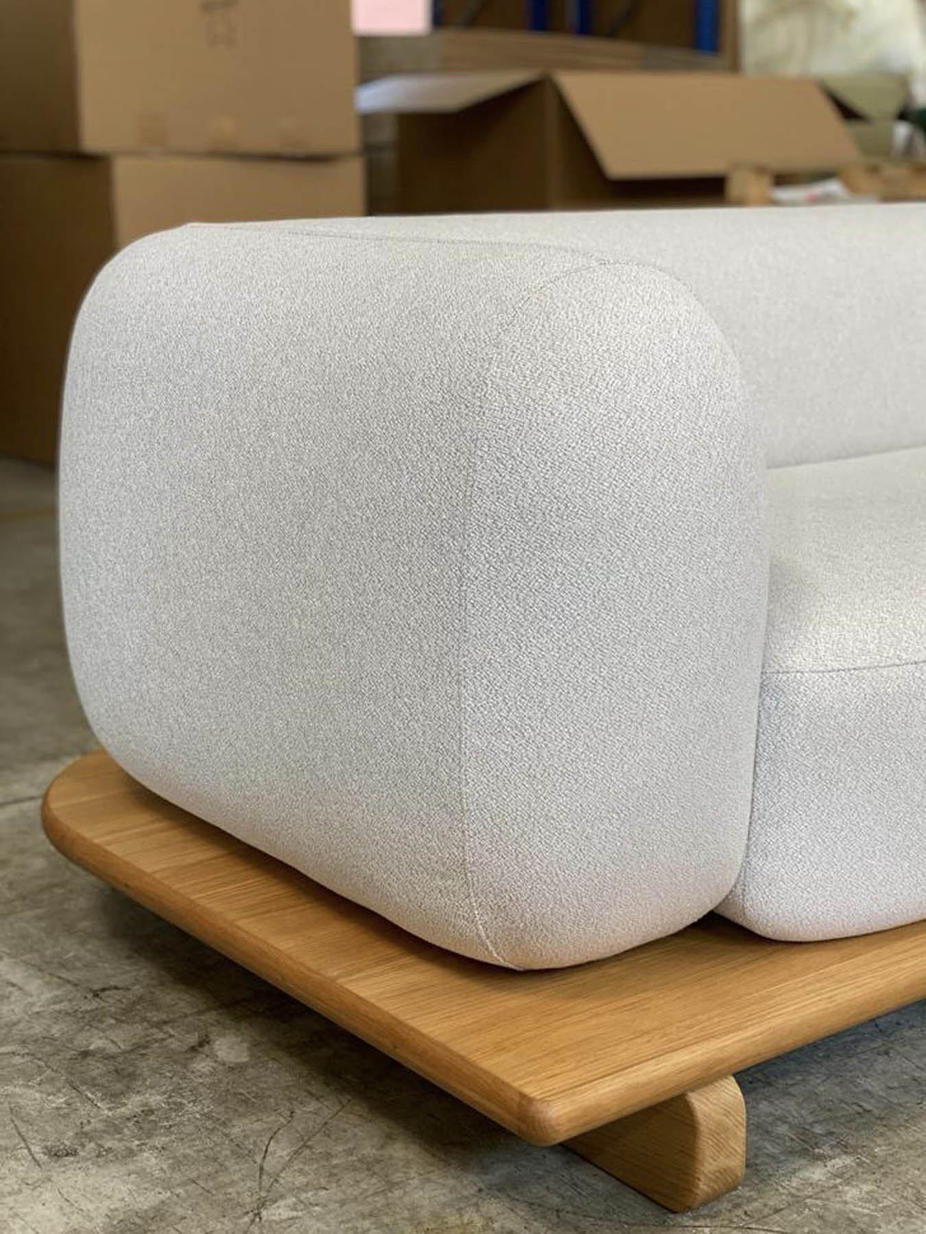 """Canapé / Sofa """"Onigiri"""" en laine gris par Louis Denavaut (Cider). Zoom sur l'accoudoir"""
