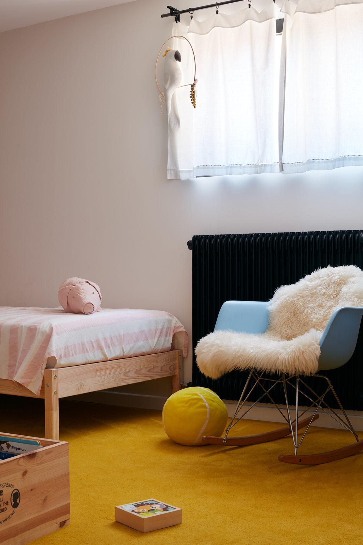 Chambre d'enfants avec moquette jaune