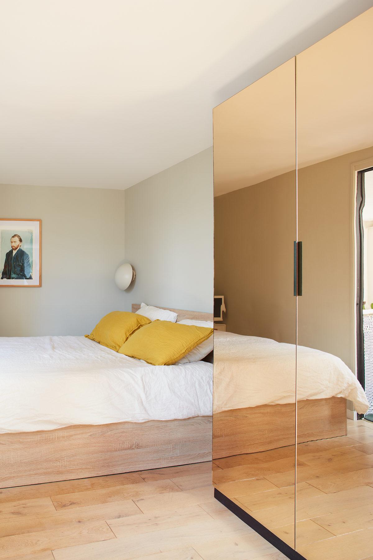 Chambre - Armoire ikea custom, miroir bronze, applique Louis Poulsen, peinture Van Gogh par Tadao Cern