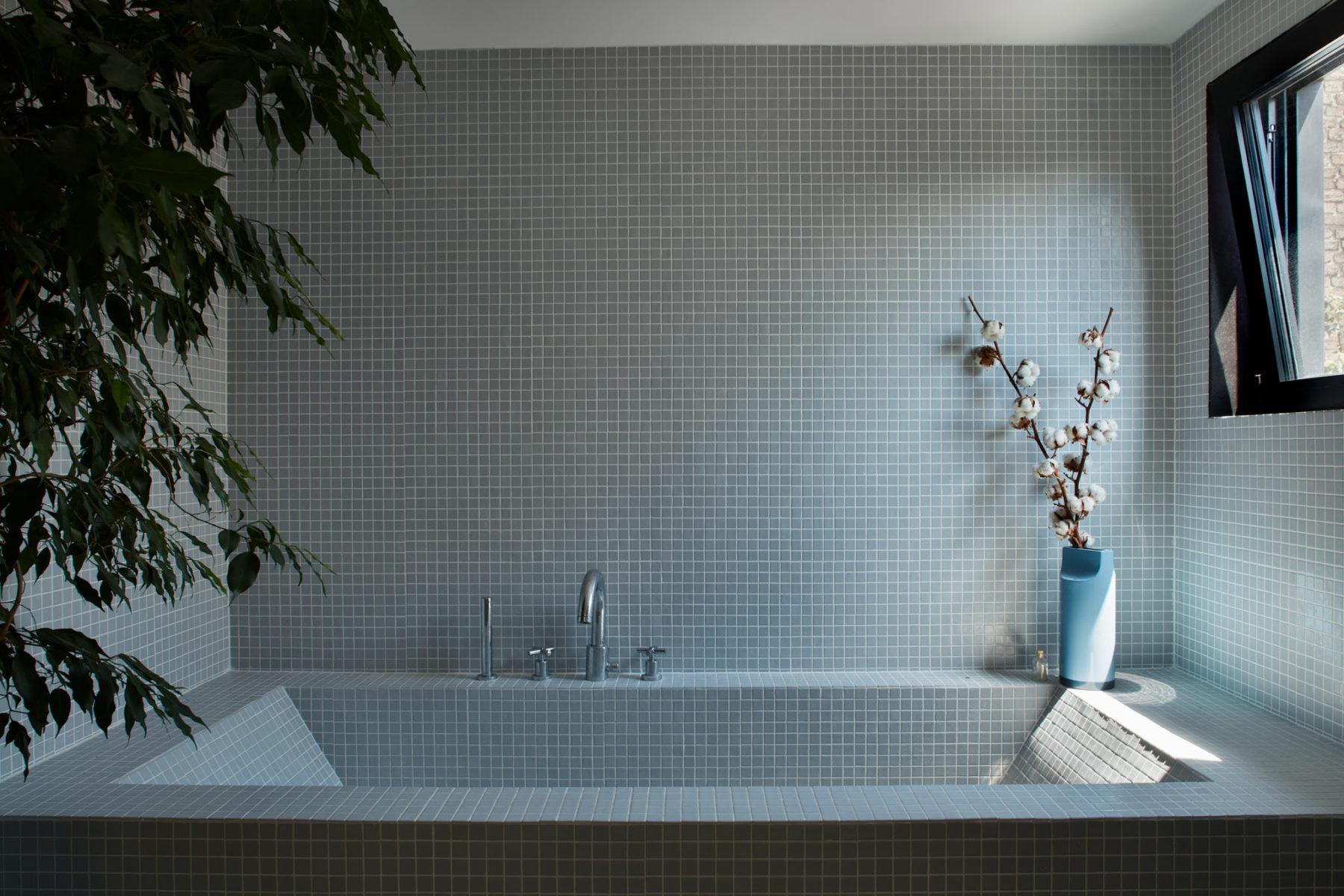 Salle de bains - Baignoire sur-mesure mosaïque faïence Emaux de Briare, vase Ettore Sottsass