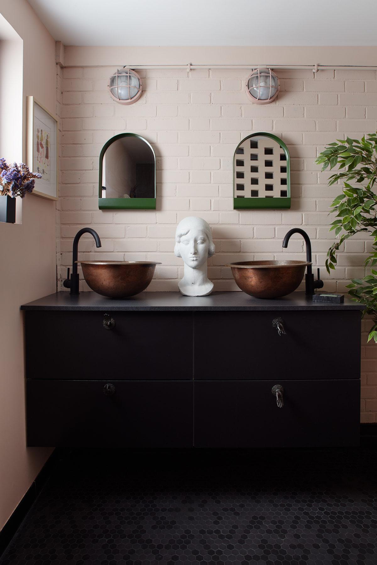 Salle de bains - Miroirs Hay, vasque cuivre martelé, buste en plâtre
