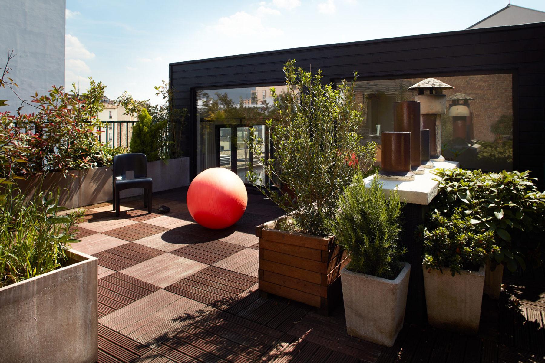 Extension en bois appartement Paris, baie vitrée, rooftop, dalle caillebotis sur plot