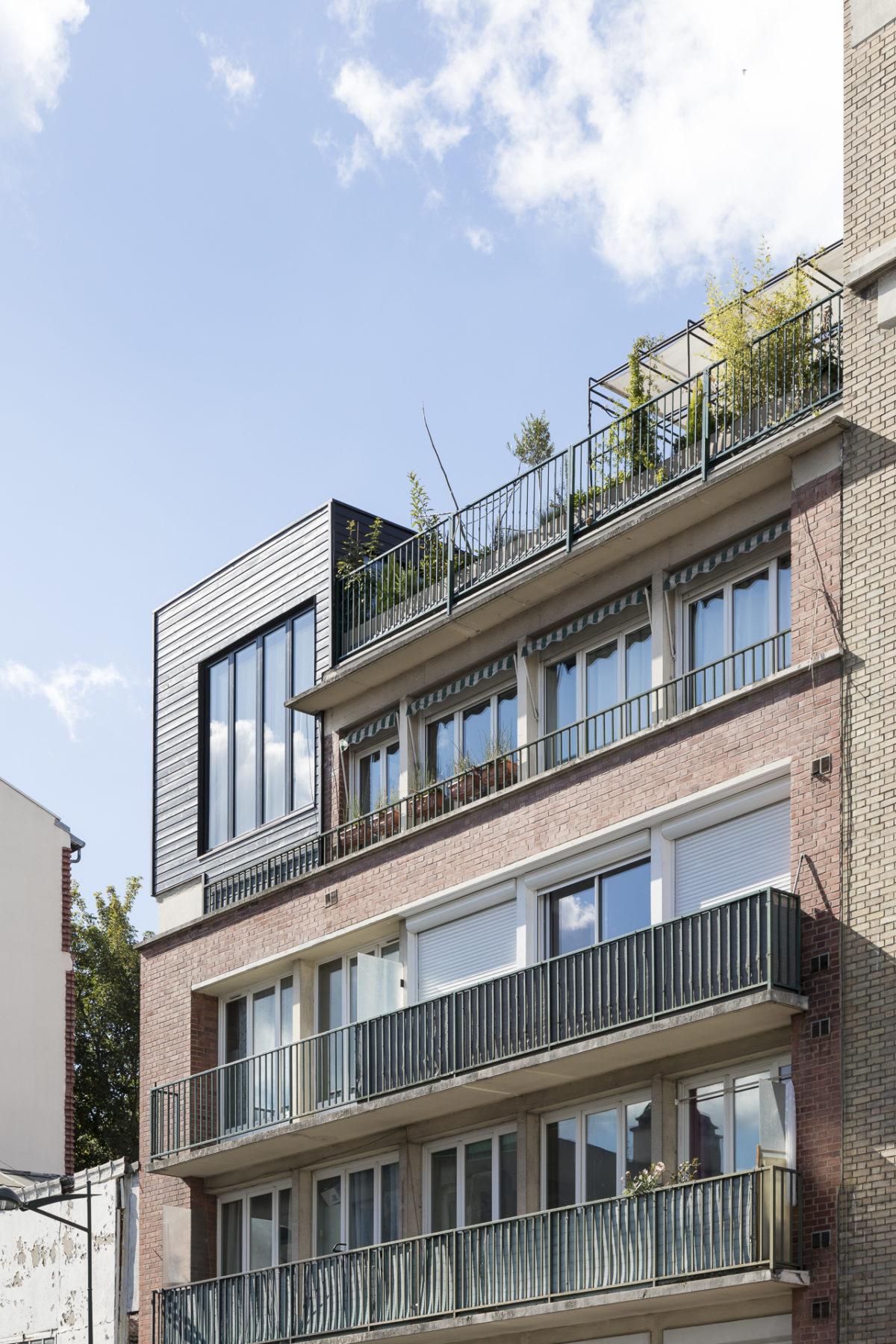 Extension en bois noir, terrasse paris, architecture contemporaine, exposition sud, fenêtre atelier