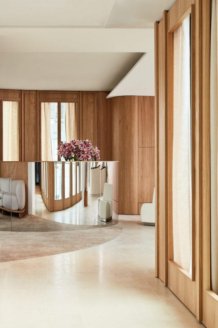 """Accueil bureaux avec comptoir inox polymiroir, canapé / sofa """"Onigiri"""" en laine sur plateforme en chêne massif"""