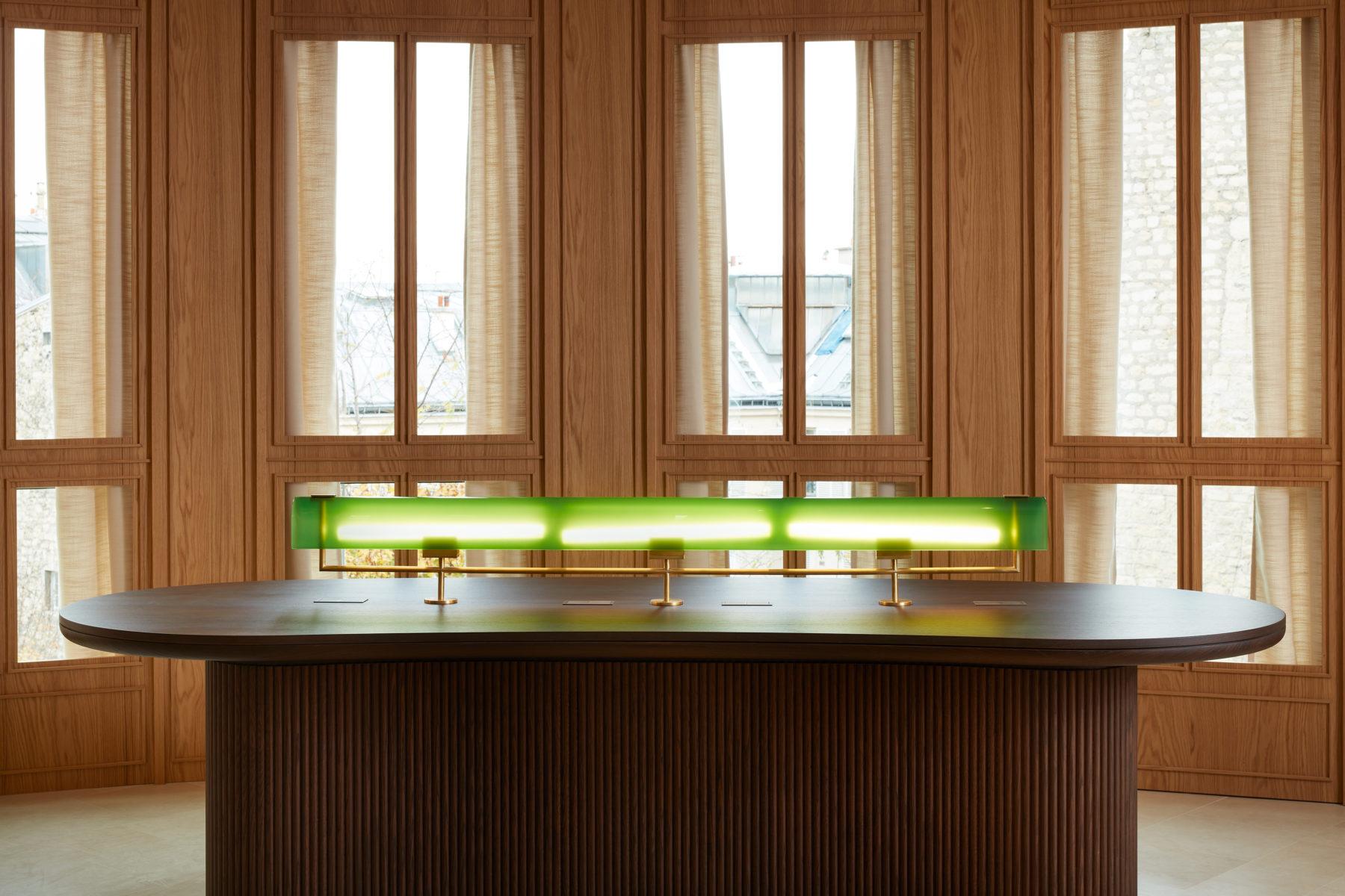 Table / bureau en noyer cannelé, habillage de fenêtres en chêne, lampe de banquier en verre soufflé Murano vert et laiton
