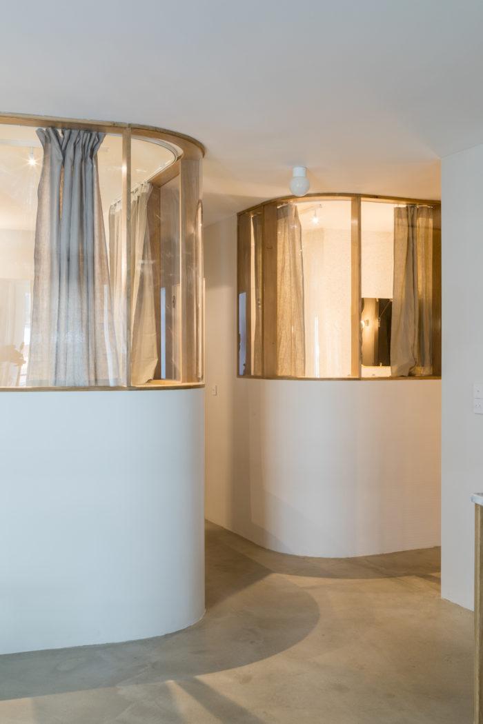 Cloison galerie appartement, verre bombé. Sol en ciment vernis. Inspiré par Alvaar Aalto