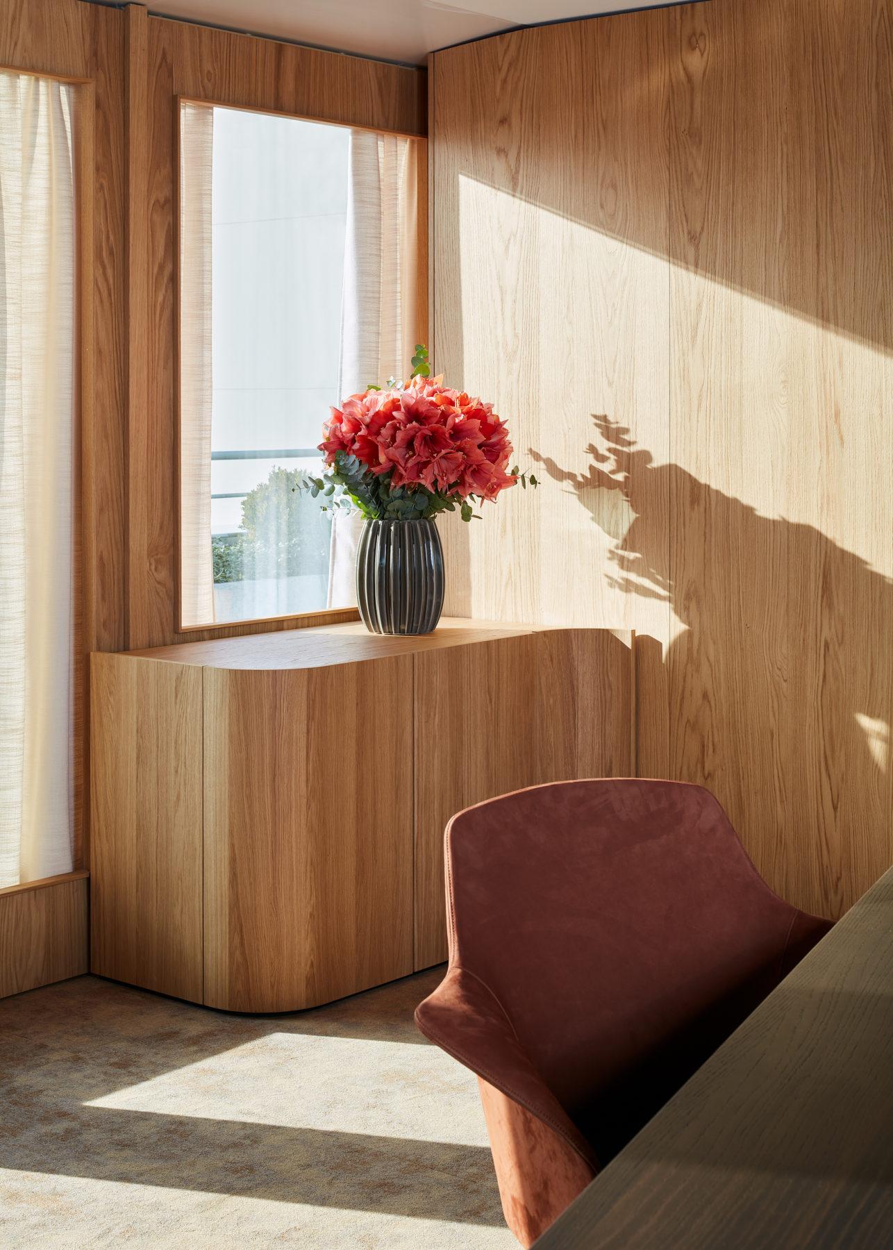 Minibar en bois / plywood courbé, moquette Ocre par Galerie B