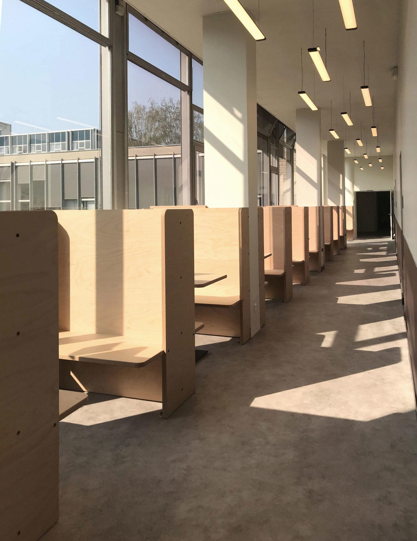 Box de travail en bois Okoumé par Louis Denavaut inspiré par Donald Judd. Vue perspective couloir bibliothèque grande école HEC Paris