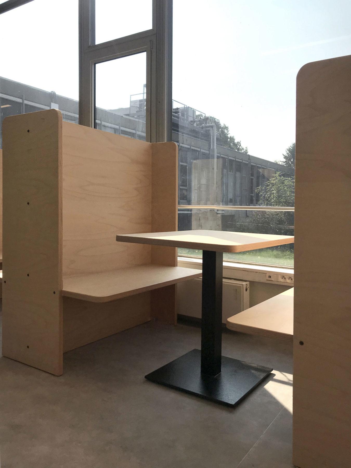 Box / compartiment de travail en bois Okoumé, HEC Paris. Suspensions, éclairage industriel. Baie vitrée inox années 70