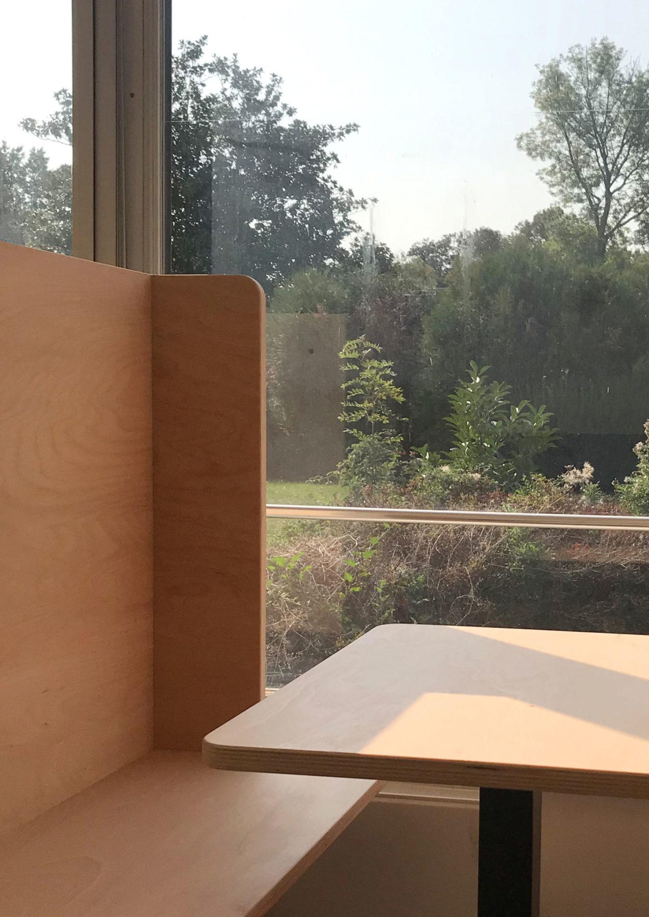 Box / compartiment de travail en bois Okoumé et table carrée design par Louis Denavaut. Vue jardin HEC Paris