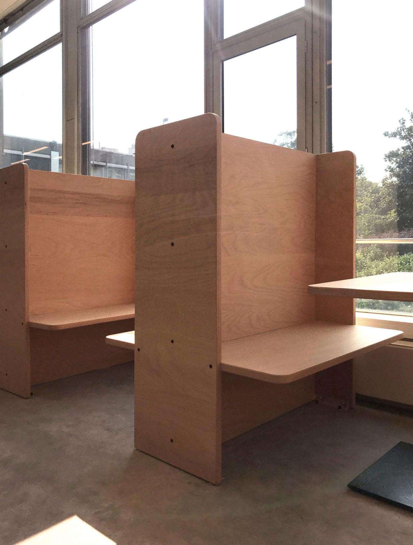 Box / compartiment de travail en bois Okoumé et table carrée design par Louis Denavaut et inspiré par Donald Judd