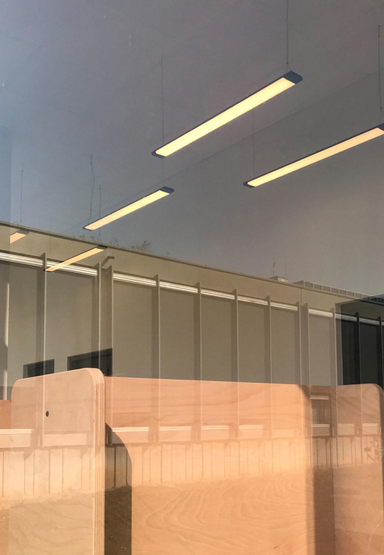 Reflet ciel baie vitrée inox grande école HEC Paris. Light design années 70