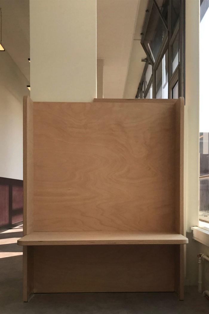 Box de travail en bois Okoumé, design de Louis Denavaut inspiré par Donald Judd. Bibliothèque grande école HEC Paris