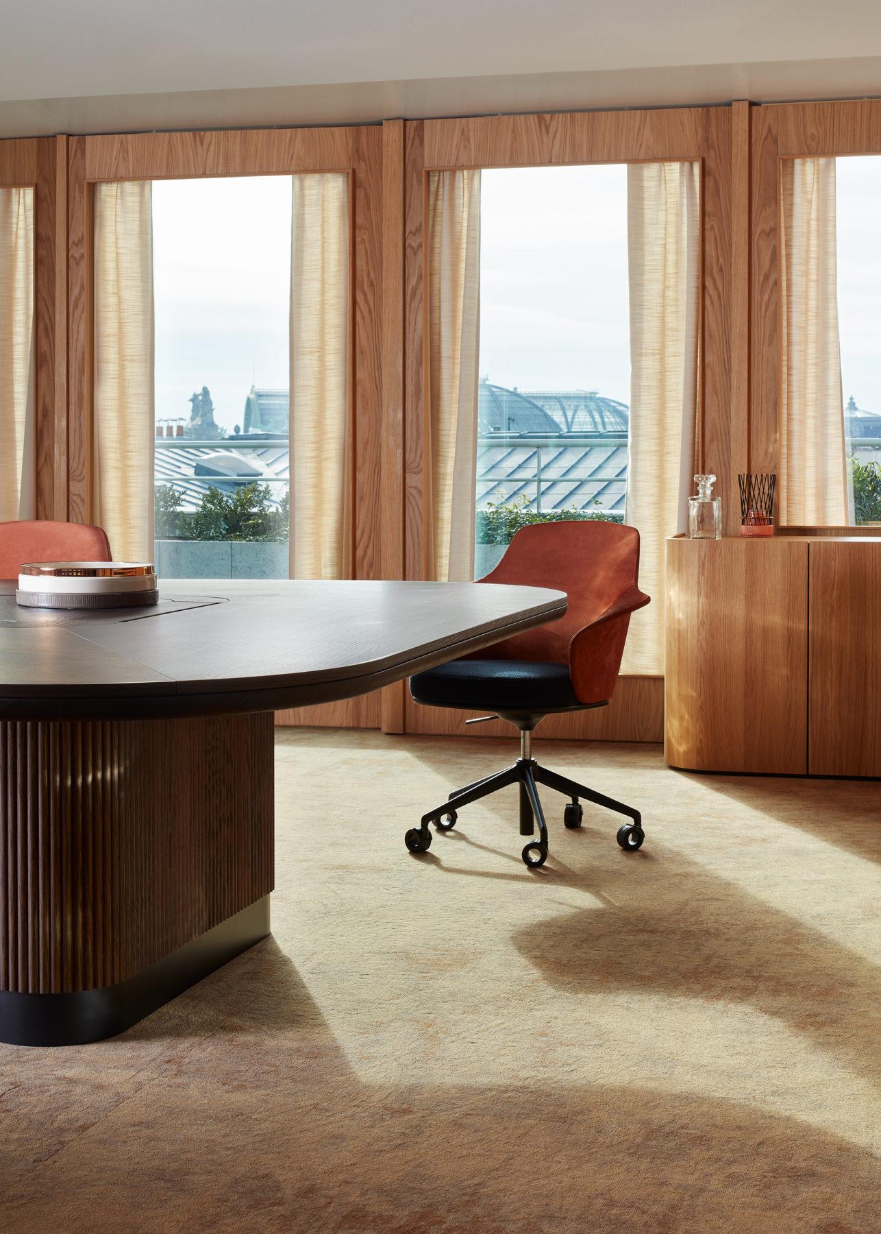 """Salle de réunion - Fauteuil / chaise """"Linus"""" par Marco Dessi, table de réunion sur-mesure en noyer cannelé"""