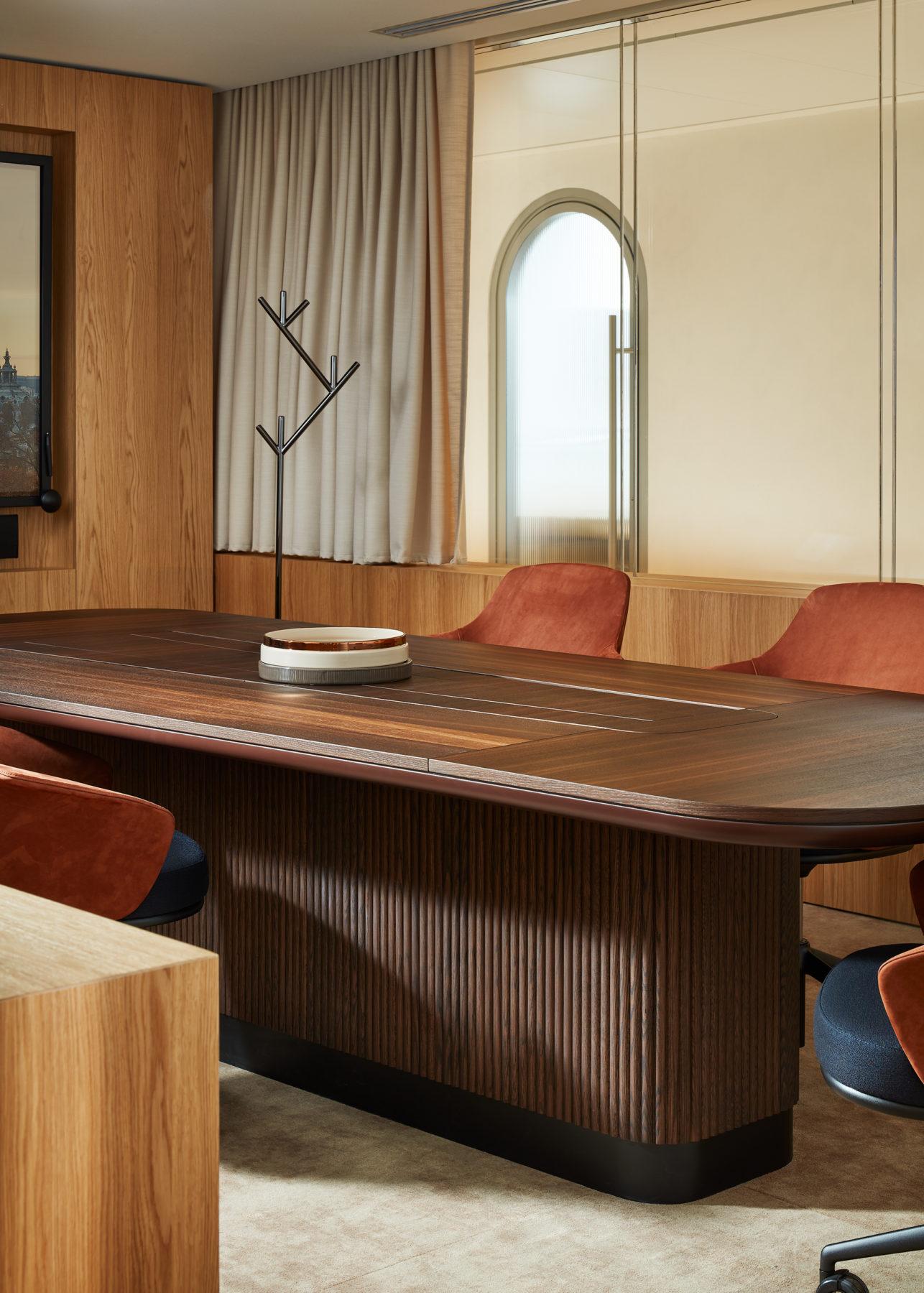 """Salle de réunion - Fauteuil / chaise """"Linus"""", porte-manteau métal """"Perch"""" édité par La Manufacture et design par Nendo, écran encastré"""