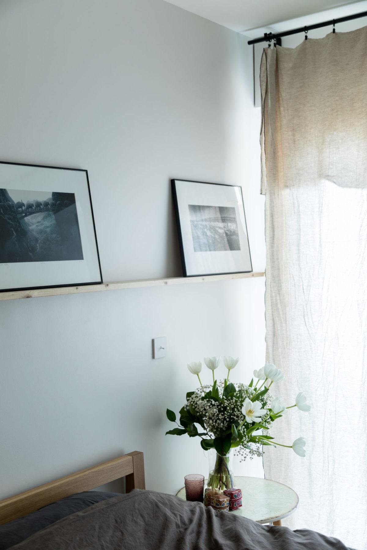 Chambre avec lit en Teck et rideaux en lin
