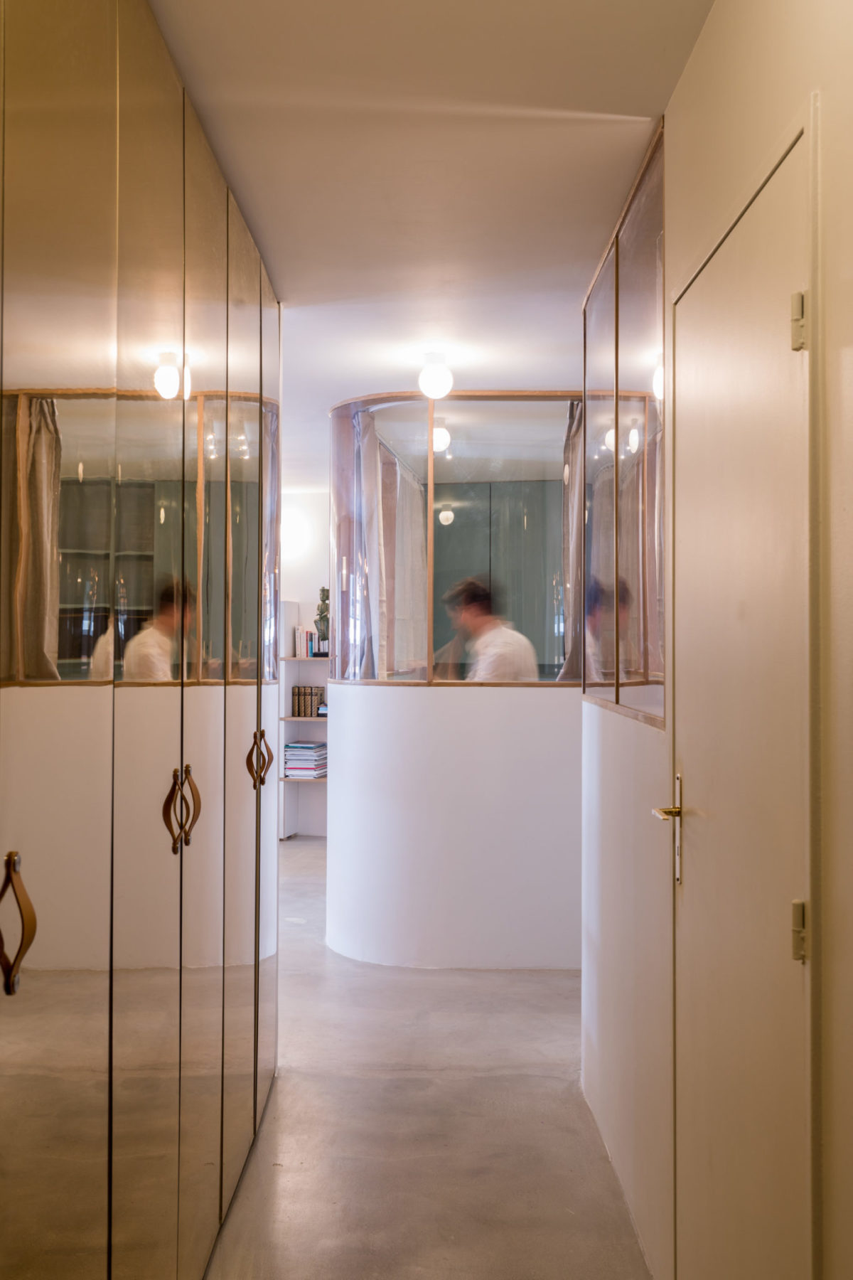 Couloir - Placards / dressing avec miroir bronze, Ikea pax, poignées cuir