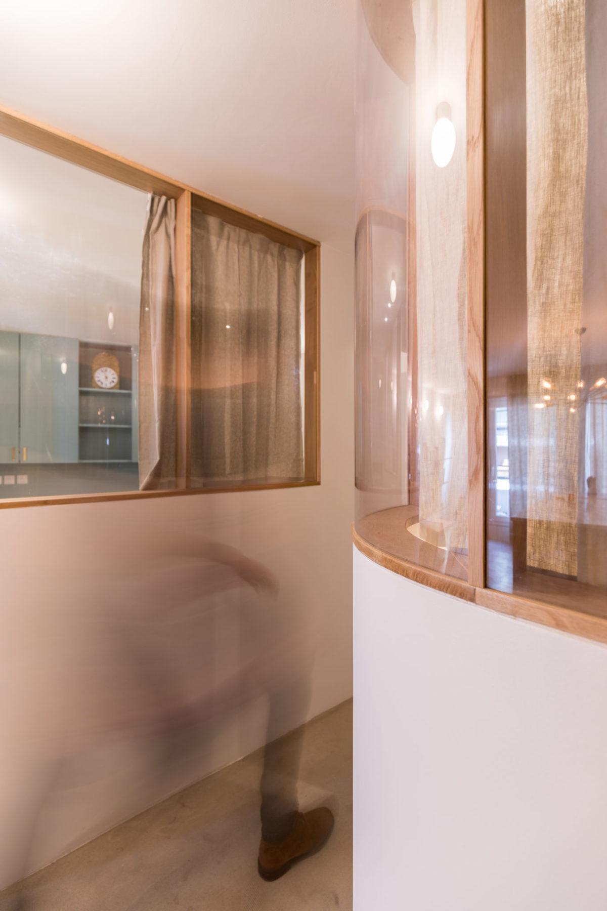 Cloison intérieure en verre bombé avec châssis en chêne. Inspiré par Alvaar Aalto