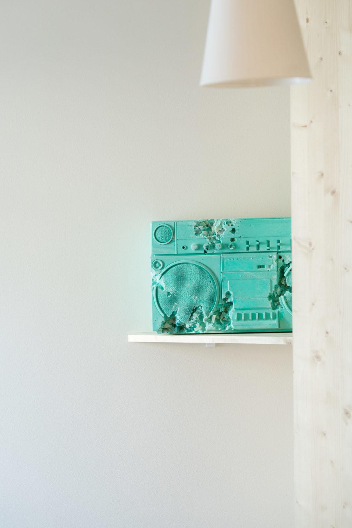 Sculpture radio / ghetto blaster en plâtre posée sur étagère, art contemporrain.