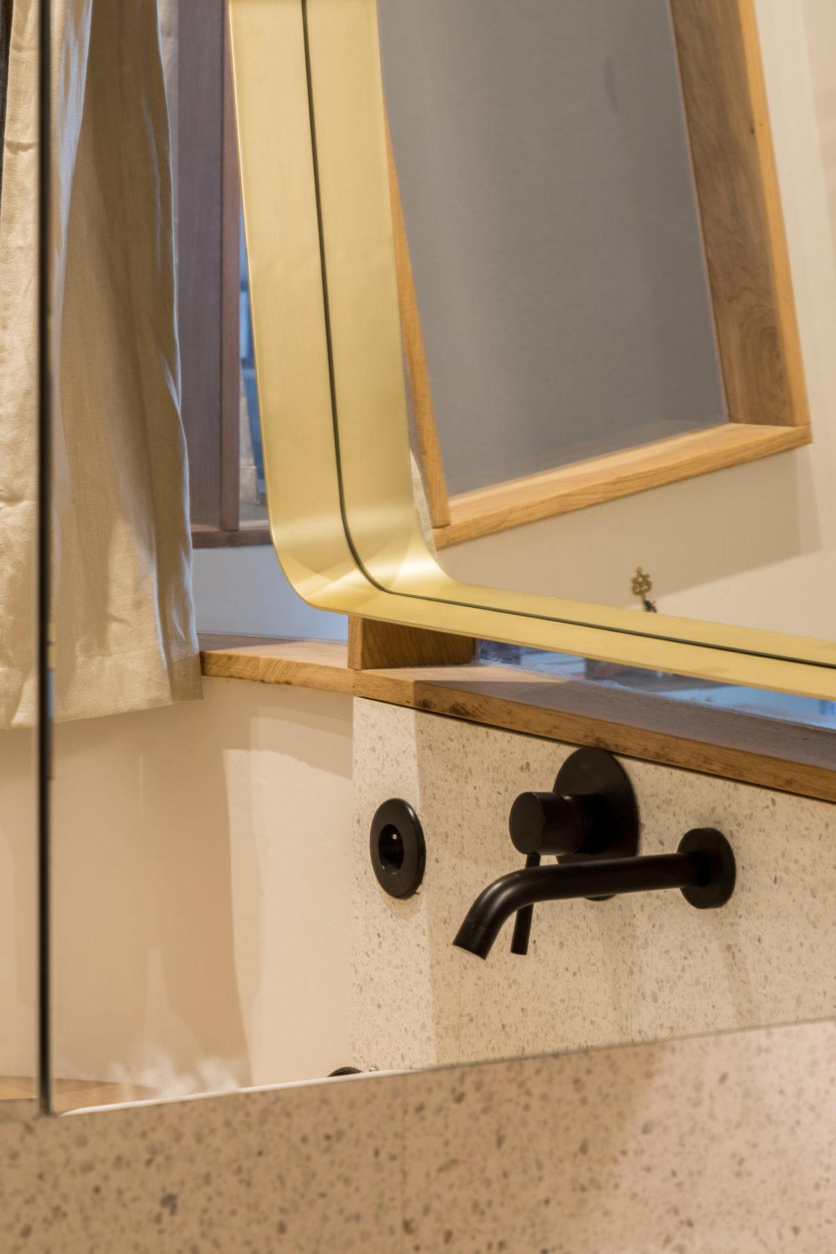 Salle de bains - Reflet miroir mur en terrazzo blanc et mitigeur noir encastré