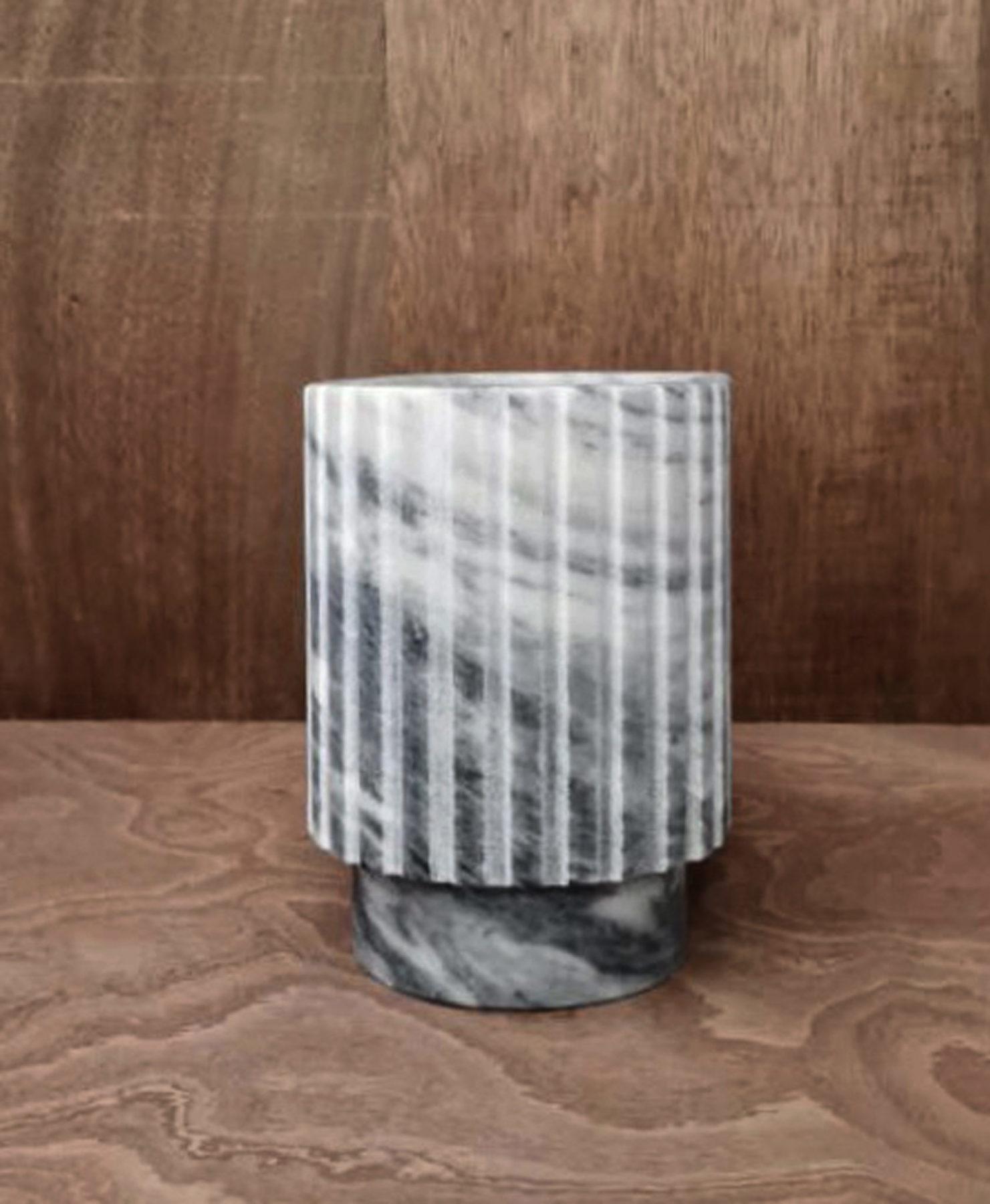 Vase, vide-poches en marbre avec cannelures. Design par Louis Denavaut